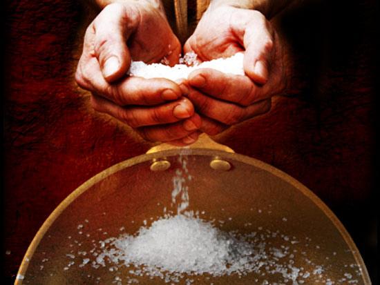 Сильные заговоры на соль: привлекаем любовь и удачу