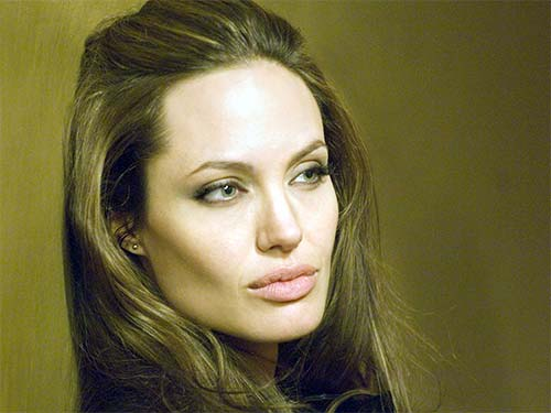 Из-за чего Анджелина Джоли лишилась груди?