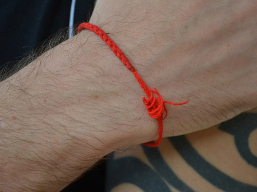 Как завязать красную нить на запястье