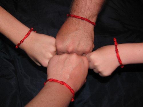 Значение красной нити на руке