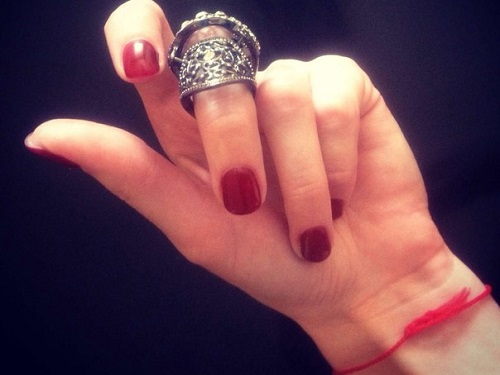 Как привлечь деньги: ритуал с красной нитью