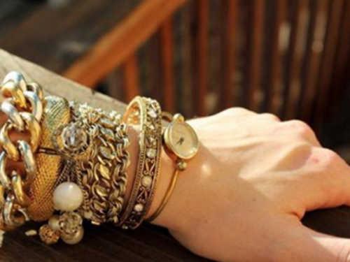 Как носить украшения: энергетика правой илевой руки