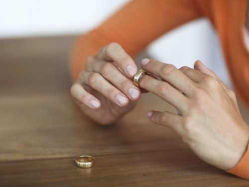 Что делать сосвадебным платьем, фатой иобручальным кольцом после развода: приметы
