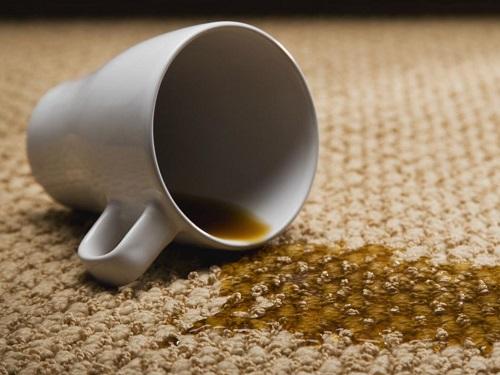 Пролить чай, молоко, кофе, воду, вино: что сулят приметы