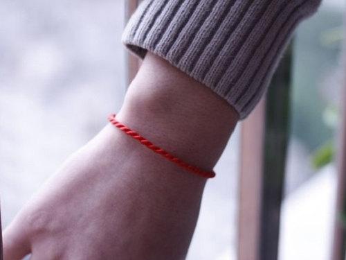 Что значит красная нить назапястье