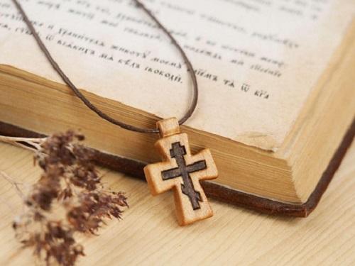 Можноли дарить крестик: приметы