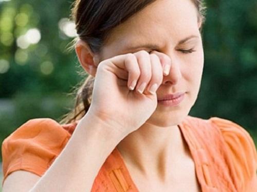 Кчему чешется левый глаз: приметы