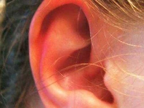 Кчему горит правое ухо: приметы