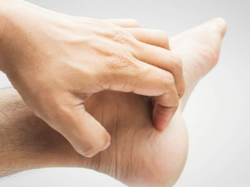 Кчему чешется левая нога: приметы