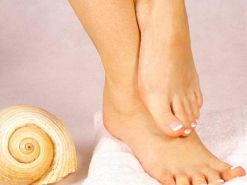 Кчему чешется правая нога: приметы