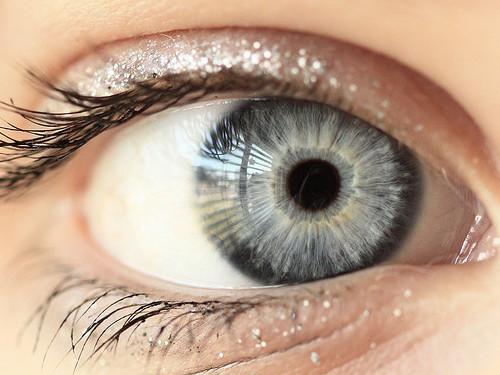 Серые глаза: энергетика, характер и цвета, приносящие удачу