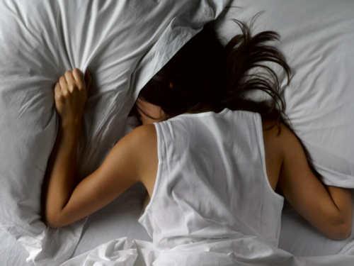 Народные приметы: почему одному человеку нельзя спать надвух подушках