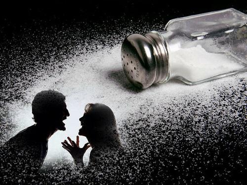 Народные приметы оссорах: почему нельзя просыпать соль имыть посуду вгостях