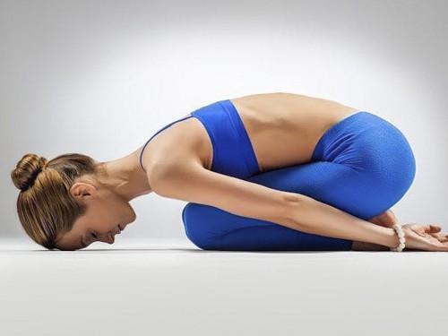 Поза ребенка вйоге: упражнение для начинающих, которое укрепит нетолько спину, ноиэнергетику