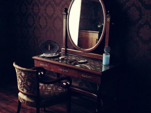 Что нельзя делать напротив зеркала: приметы иобычаи